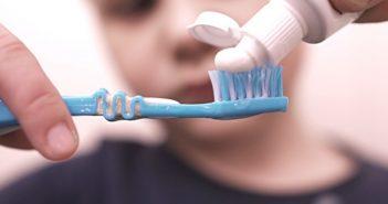 дети и зубная паста