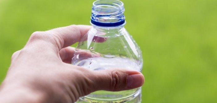 вода в пластиковой бутылке