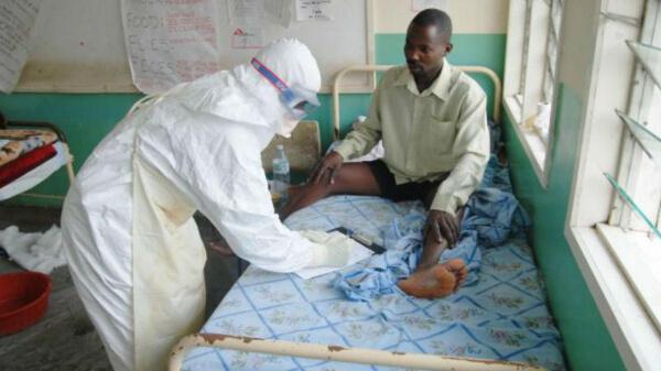 Мужчина проходит лечение от Эболы
